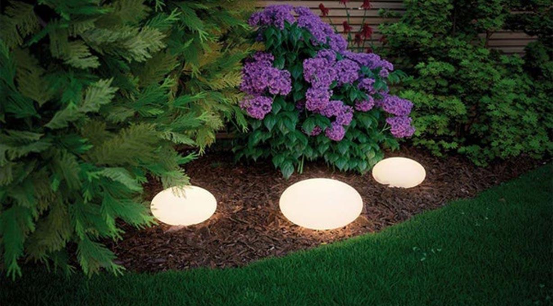Gartenleuchte Steine leuchtend Blumenbeet