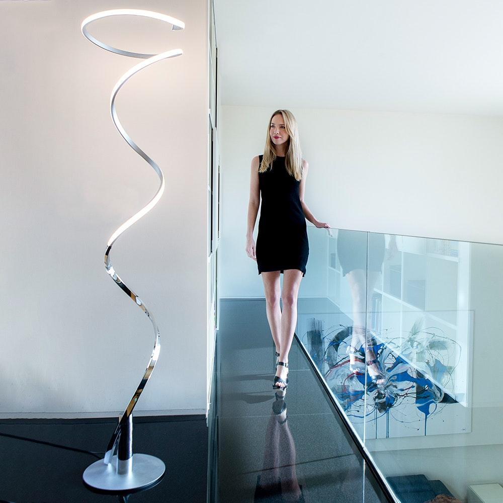 Mantra Helix geschwungene LED-Stehleuchte 1