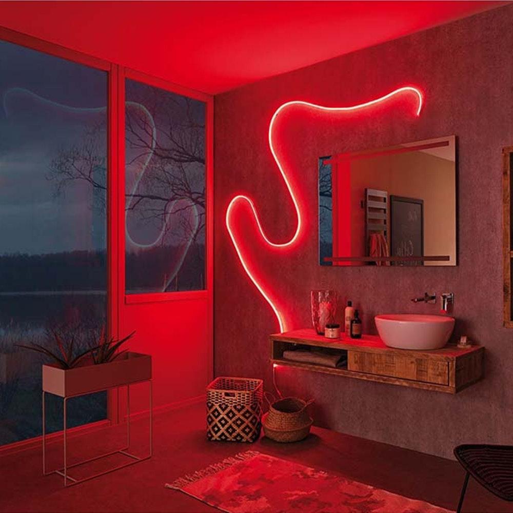 LED Strip in rot im Badezimmer
