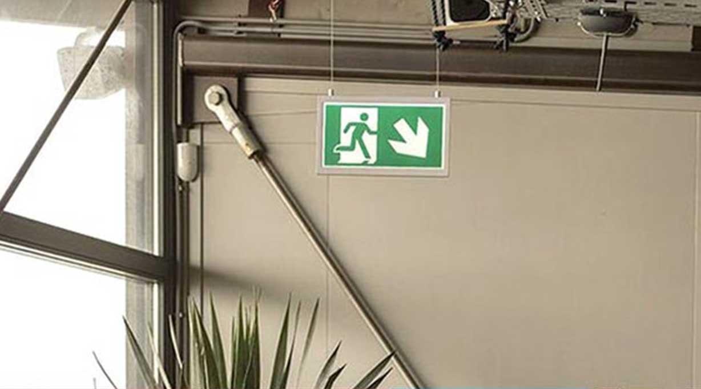 Notbeleuchtung Schild und Pfeilrichtung