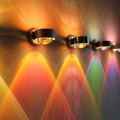 Stilvolle Wandlampe in schwarz mit farbenfroher Beleuchtung