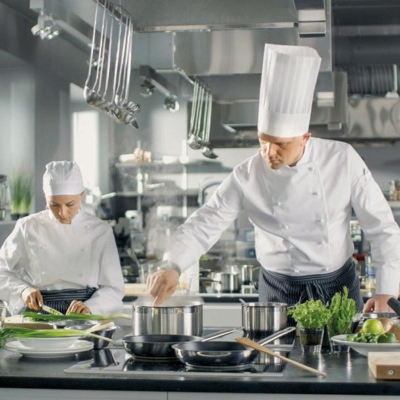 Großküche mit 2 Köchen