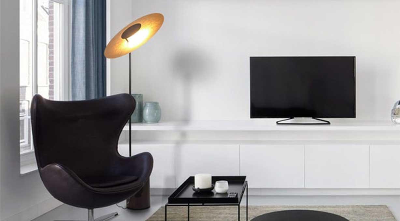 Plate Stehleuchte Wohnzimmer Fernsehsessel TV Wand