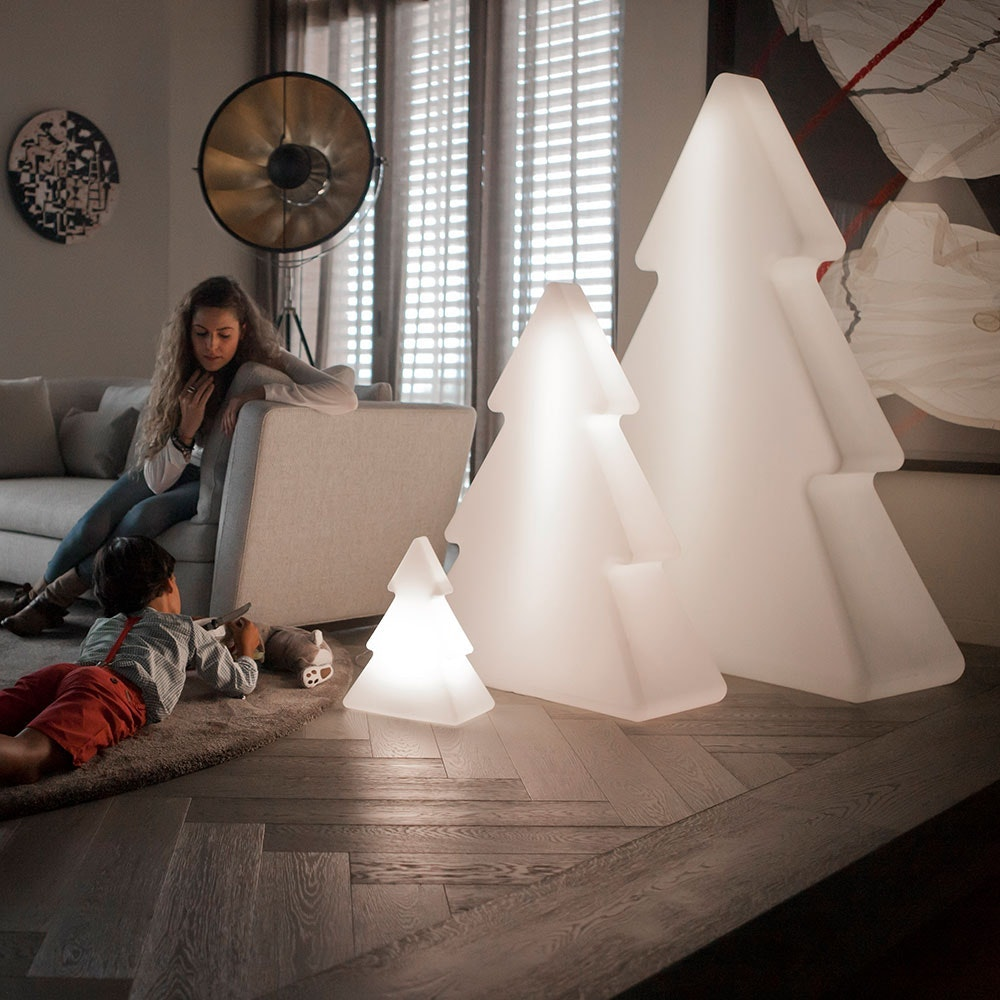 minimalistische Stehleuchte im Tannenbaumdesign