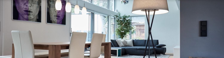 Stehlampe in Wohn-Essbereich