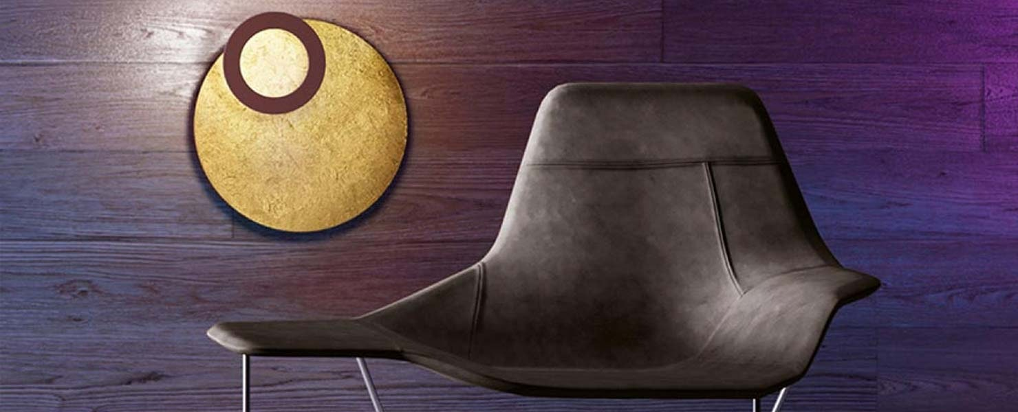 Icone Wandleuchte neben Sessel