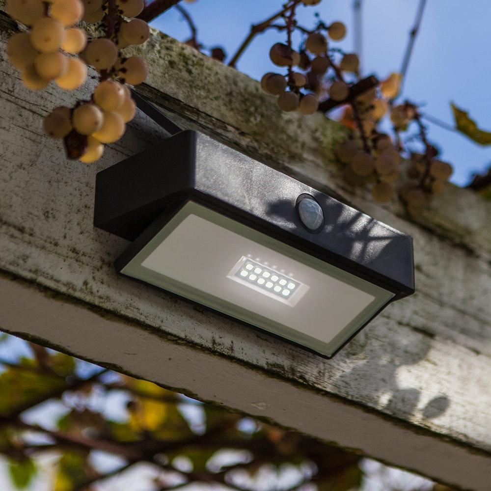 LED-Wandleuchte Arrow mit Solarpanel und Bewegungsmelder 1
