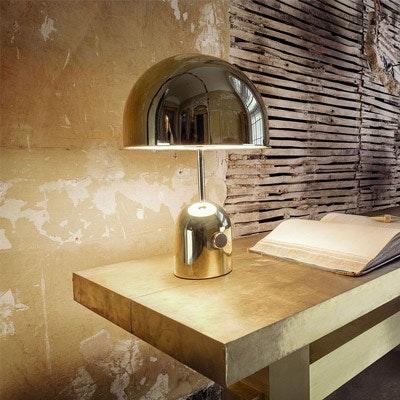 Schlichte Chromfarbene Tischleuchte in rustikaler Umgebung