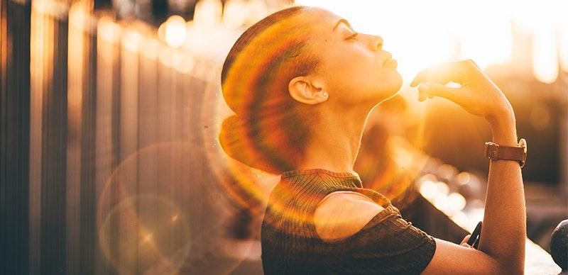 Schöne Dame mit Sonnenlichtspiegelung