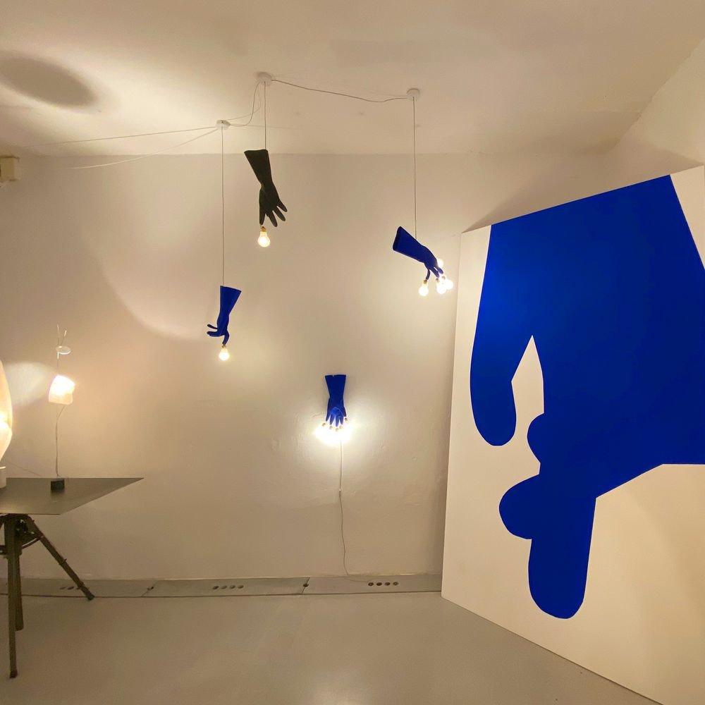 Ingo Maurer LED Wandlampe Luzy On The Wall Gummihandschuh blau thumbnail 4