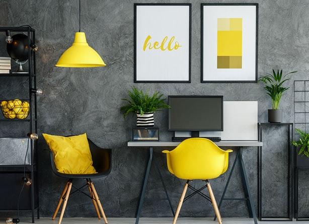 Büro gelbe Accessoires und Deckenleuchte