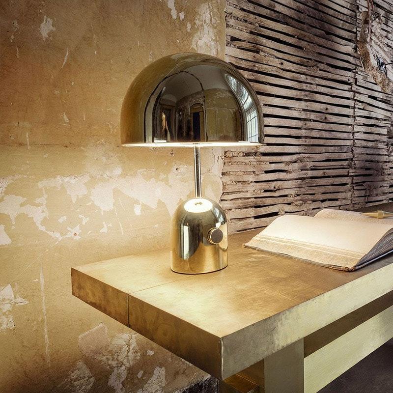 Schlichte Chrom-Tischlampe in rustikaler Umgebung