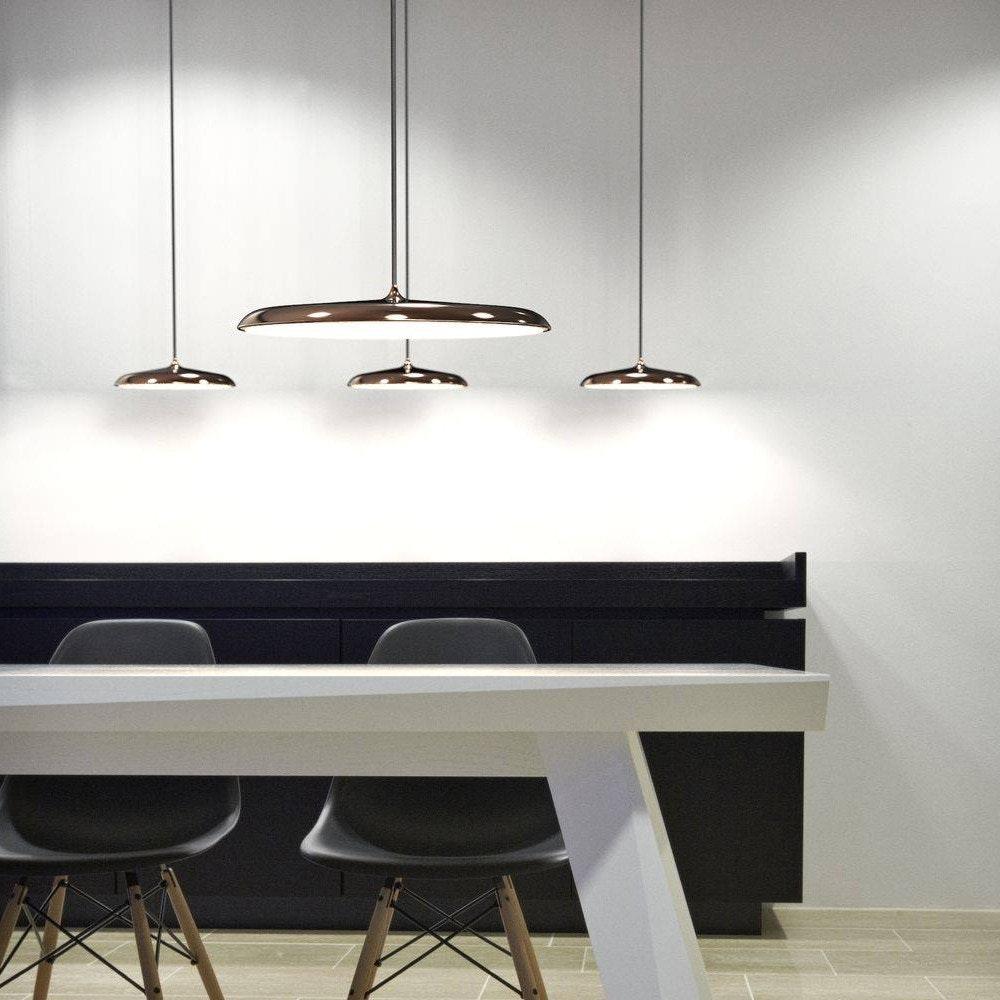 minimalistisch designte Hängelampe über Esstisch