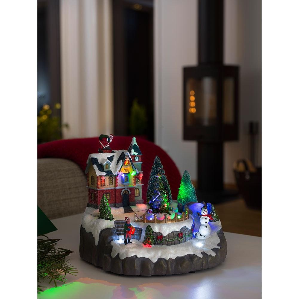 LED Wohnhaus mit Weihnachtsbäumen mit Animation 8 bunte Dioden 4.5V batteriebetrieben