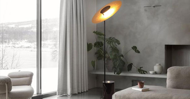 Plate Stehleuchte Wohnzimmerlampe neben Couch