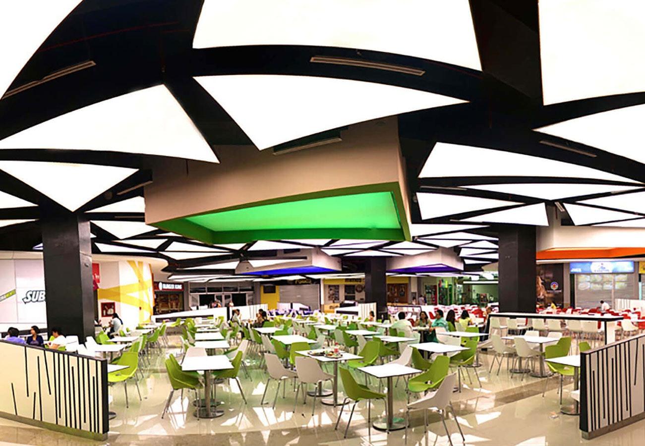 Restaurant mit grüner Spannlichtdecke